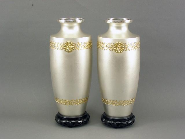 東京都 世田谷区で菊家紋入りの純銀製の花瓶一対や銀製の菓子盆を買い取らせて頂きました