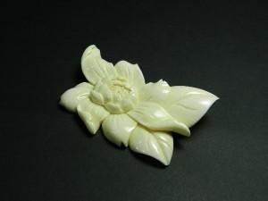 本象牙 彫刻 花模様 ブローチ