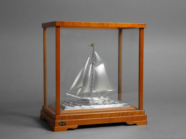さいたま市 大宮区で銀製のヨット(帆船)や彫刻作家の作品(木彫のダルマ)をお取引いただきました